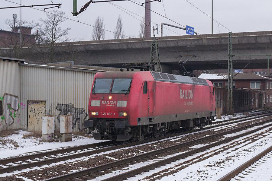 145 063 durchfährt den Bahnhof Hamburg-Harburg.