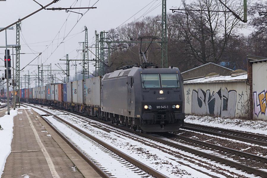 185 545 durchfährt mit einem Güterzug den Bahnhof Hamburg-Harburg.