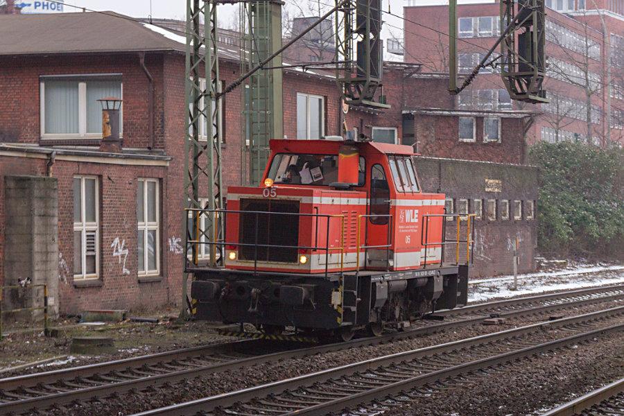 420 001 durchfährt den Bahnhof Hamburg-Harburg.