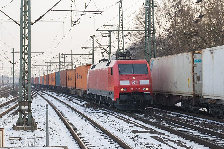 152 113 durchfährt mit einem Containerzug den Bahnhof Hamburg-Harburg.