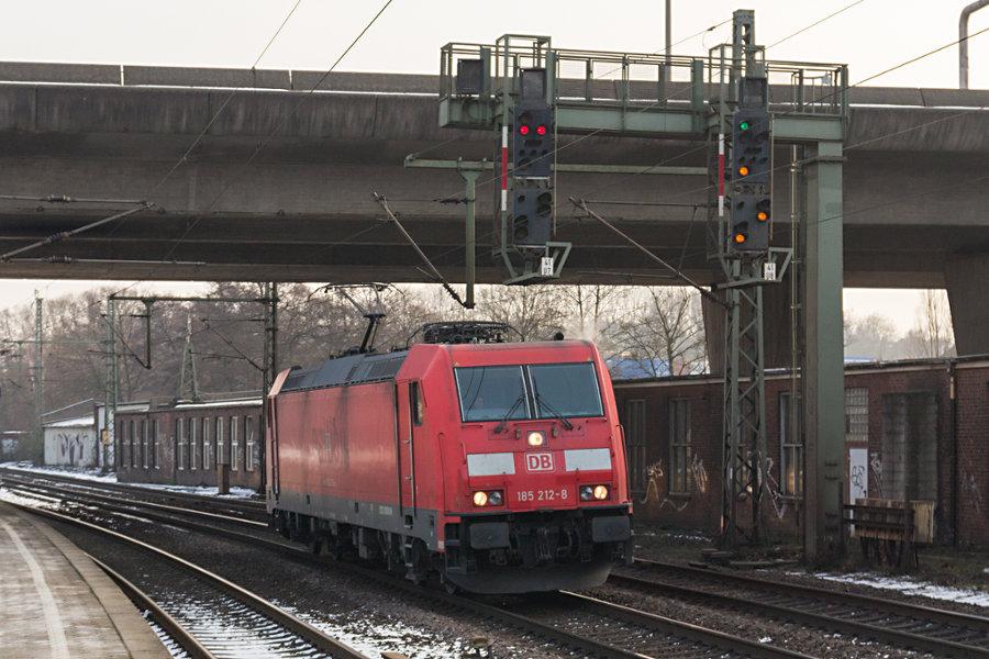 152 212 durchfährt den Bahnhof Hamburg-Harburg.