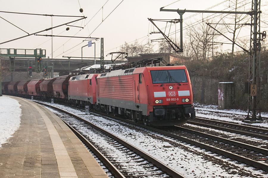 189 002 und eine unbekannte 152 durchfahren mit einem Schüttgutzug den Bahnhof Hamburg-Harburg.