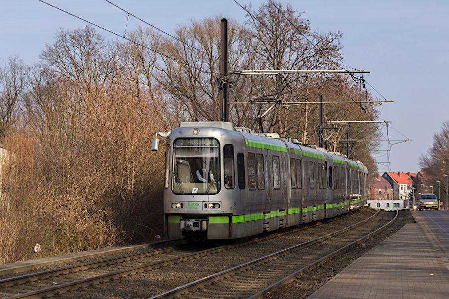 2015, 2587 und 2583 auf der Linie 3 bei der Einfahrt in die Haltestelle Wallensteinstraße.