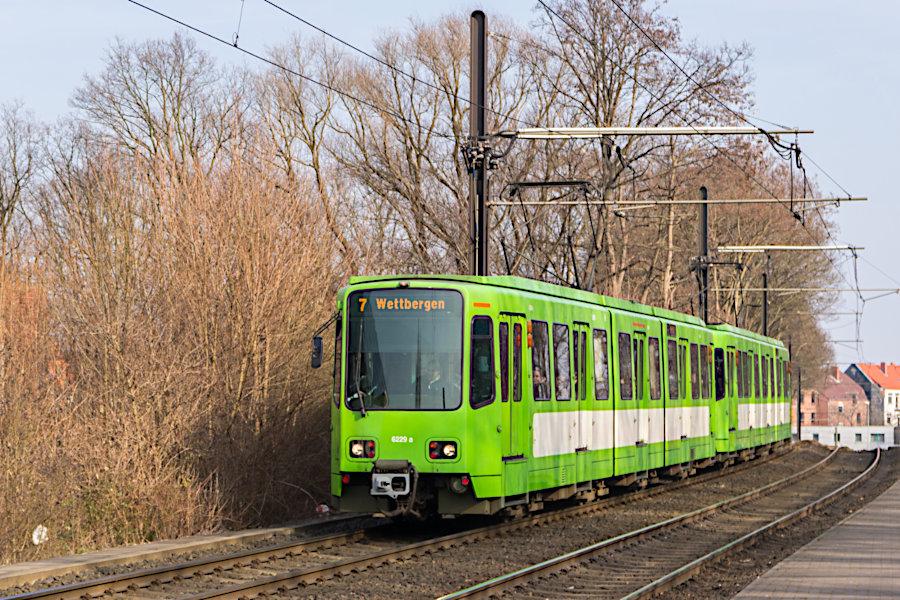 6229 und 6125 auf der Linie 7 bei der Einfahrt in die Haltestelle Wallensteinstraße.