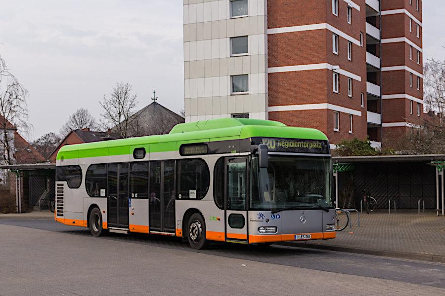 üstra 9358 auf der Linie 120 während einer Pause auf der Anlage Ahlem.