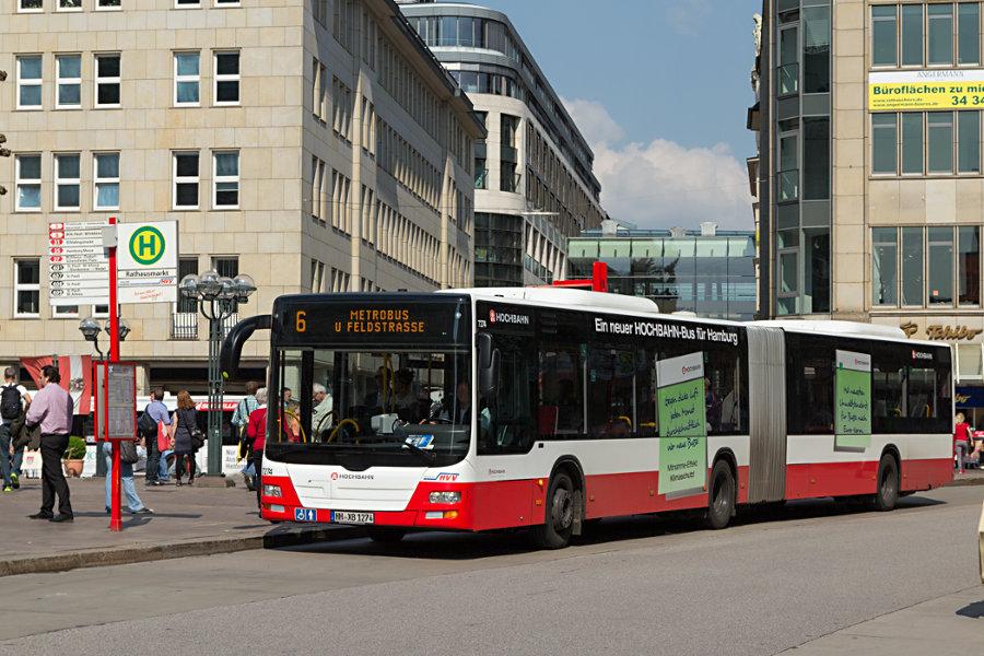 HHA 7274 auf der Linie 6 an der Haltestelle Rathausmarkt.