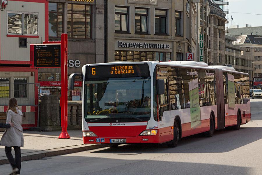 HHA 7268 auf der Linie 6 an der Haltestelle Rathausmarkt.