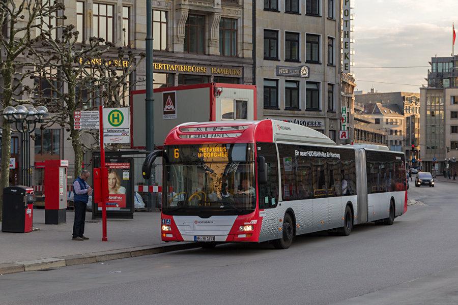 HHA 7361 auf der Linie 6 an der Haltestelle Rathausmarkt.