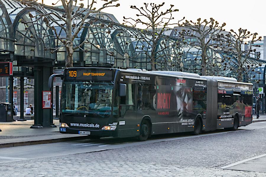 HHA 7858 mit Pop-Werbung auf der Linie 109 an der Haltestelle Rathausmarkt.
