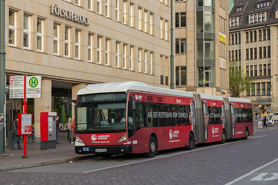 HHA 8400 auf der Linie 5 an der Haltestelle Rathausmarkt.