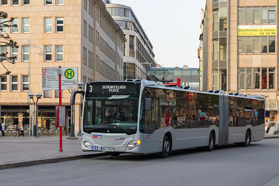 VHH 1317 auf der Linie 3 an der Haltestelle Rathausmarkt.