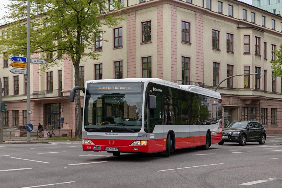 HHA 6301 auf der Kreuzung Ehrenbergstraße/Max-Brauer-Allee.