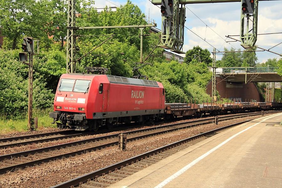 145 063 durchfährt mit einem Güterzug den Bahnhof Hamburg-Harburg.