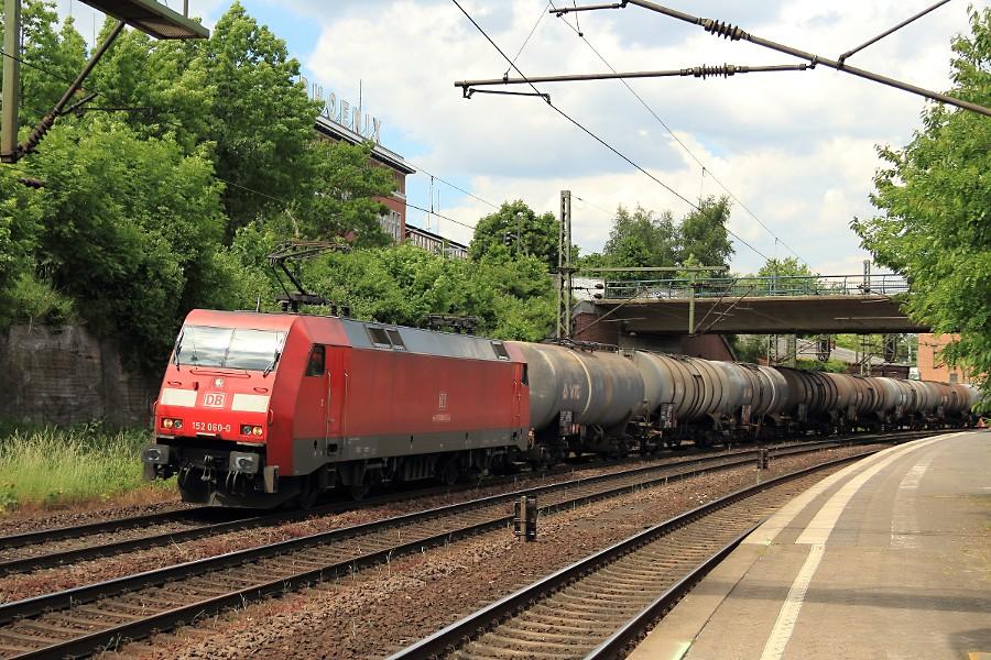 152 060 durchfährt mit einem Güterzug den Bahnhof Hamburg-Harburg.
