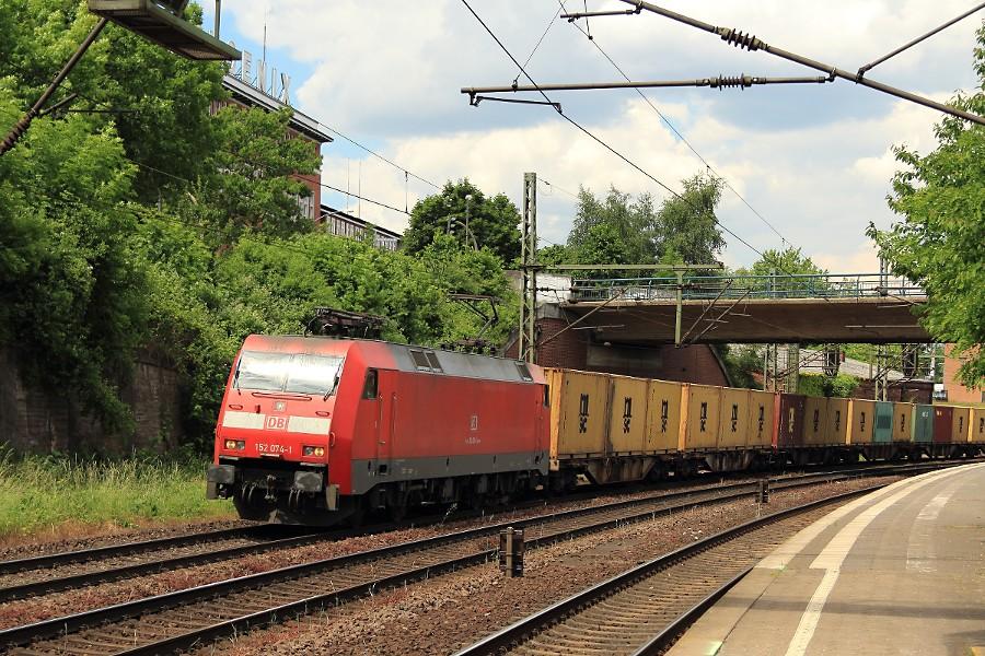 152 074 durchfährt mit einem Containerzug den Bahnhof Hamburg-Harburg.