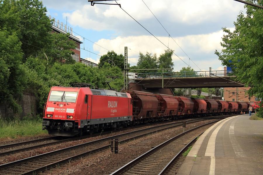 185 306 durchfährt mit einem Schüttgutzug den Bahnhof Hamburg-Harburg.
