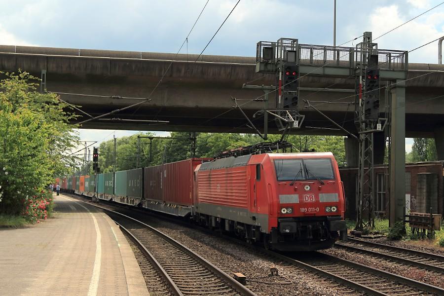 189 011 durchfährt mit einem Containerzug den Bahnhof Hamburg-Harburg.