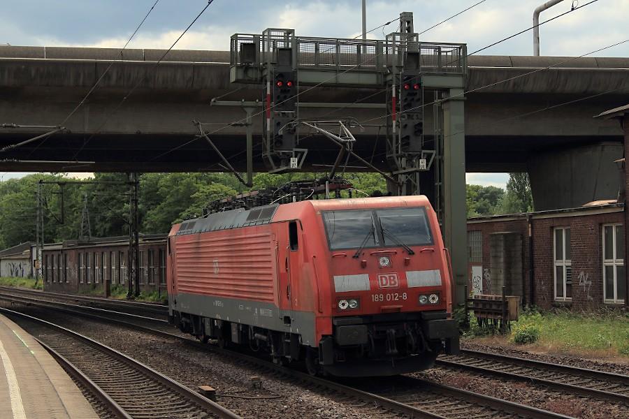 189 012 durchfährt den Bahnhof Hamburg-Harburg.