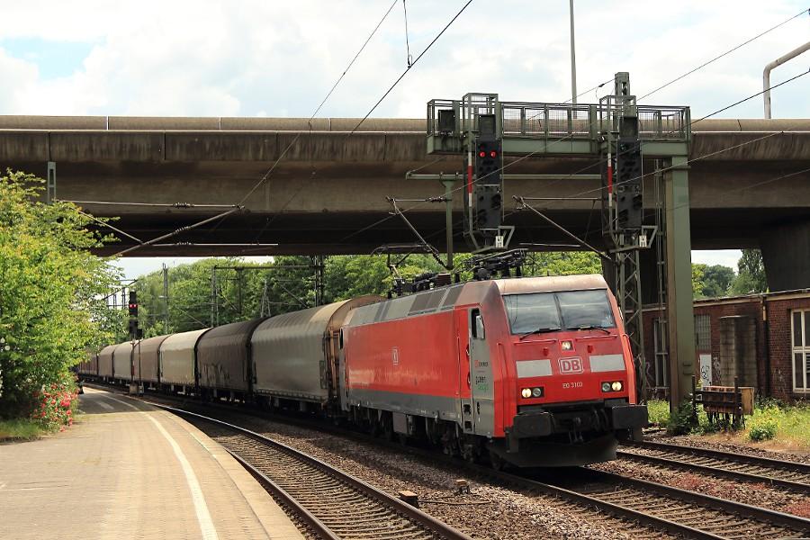 EG 3103 durchfährt mit einem Güterzug den Bahnhof Hamburg-Harburg.
