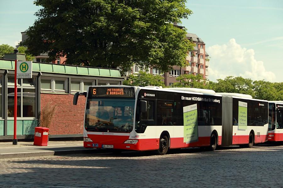HHA 7311 auf der Linie 6 an der Haltestelle Auf dem Sande (Speicherstadt).