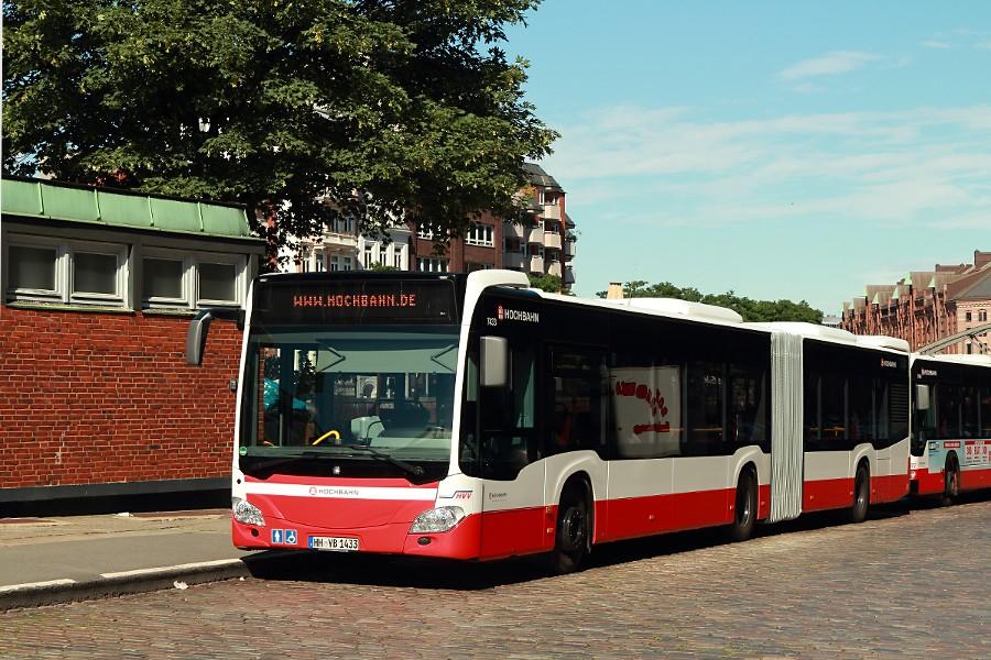 HHA 7433 auf der Linie 6 an der Haltestelle Auf dem Sande (Speicherstadt).