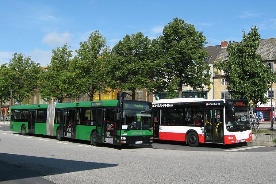 AK 808 und HHA 7276 auf der Omnibusanlage U Wandsbek Markt.