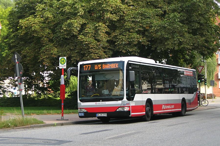HHA 6930 auf der Linie 177 an der Ersatzhaltestelle der Haltestelle Hellbrookstraße.
