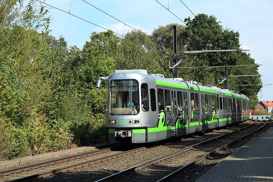 2021, 2558 und 2552 auf der Linie 3 bei der Einfahrt in die Stadtbahn-Haltestelle Wallensteinstraße.