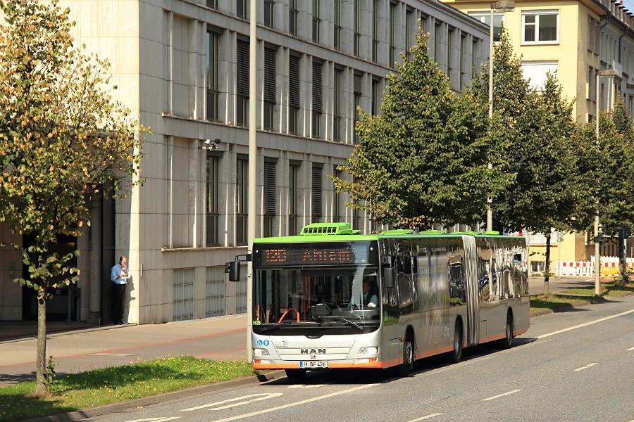 üstra 8426 beim Einsetzen auf die Linie 120 am Aegidientorplatz.