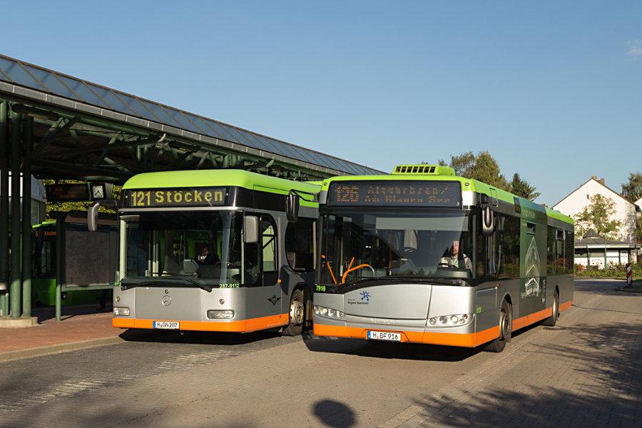 Hartmann 287-9112 und üstra 7916 auf der Omnibusanlage Stöcken.