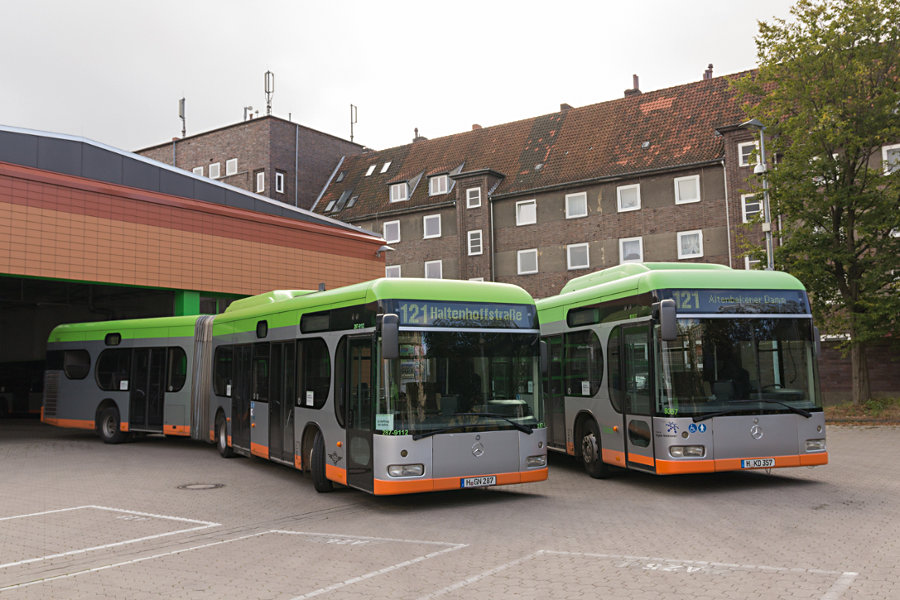 Hartmann 287-9112 und üstra 9387 auf dem üstra-Betriebshof Vahrenwald.