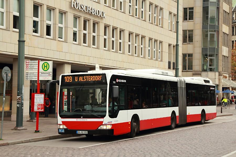 HHA 7152 auf der Linie 109 an der Haltestelle Rathausmarkt.