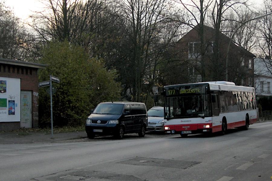 HHA 2429 auf der Linie 177 bei der ehemaligen Haltestelle Wachtelstraße in der Steilshooper Straße.