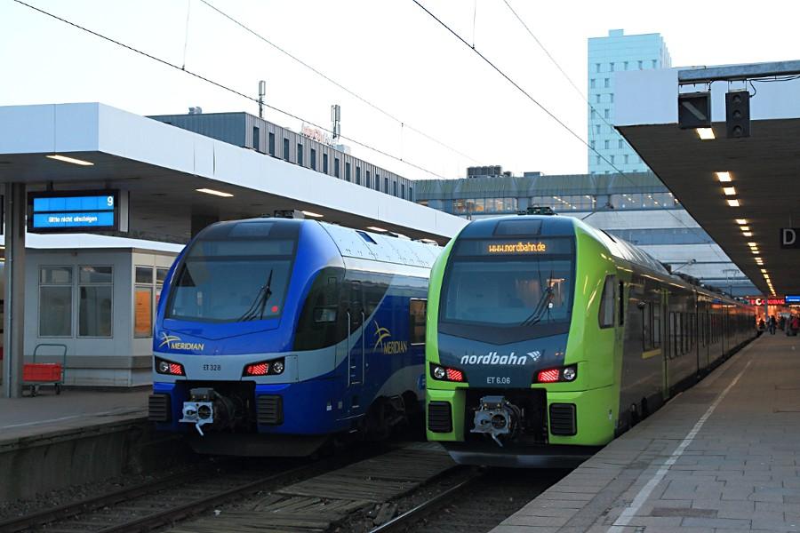 ET 328 der BOB und ET 6.06 der nordbahn im Bahnhof Hamburg-Altona.