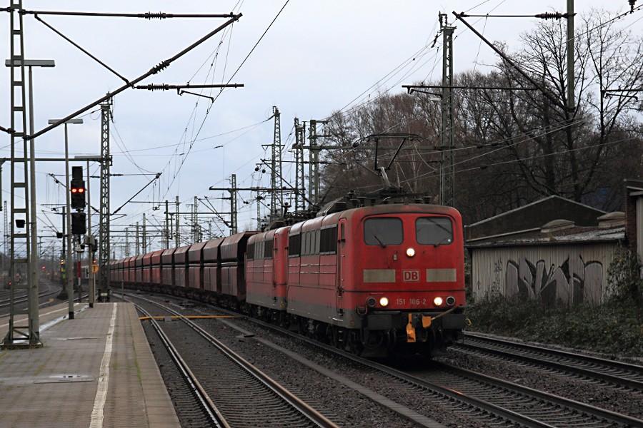 151 106 und 116 mit leerem Erzzug durchfahren den Bahnhof Hamburg-Harburg.
