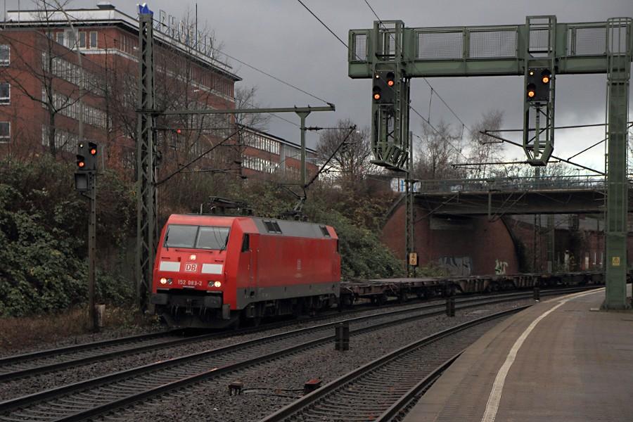 152 083 mit Containerzug durchfährt den Bahnhof Hamburg-Harburg.