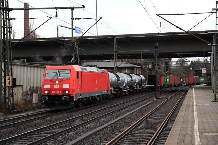 185 205 mit Güterzug durchfährt den Bahnhof Hamburg-Harburg.