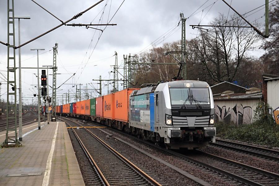 193 806 mit Containerzug durchfährt den Bahnhof Hamburg-Harburg.