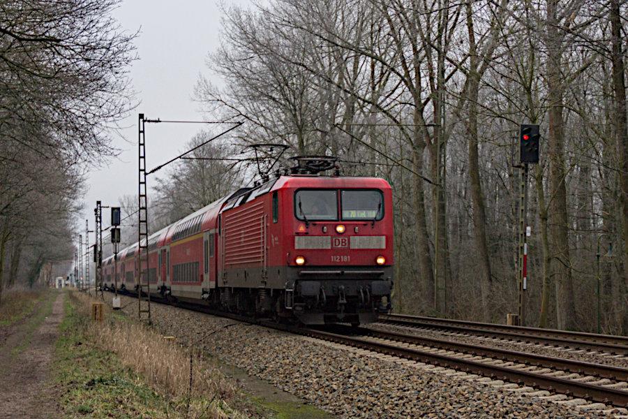 112 181 mit RE 21022 vor der Durchfahrt durch den Haltepunkt Prisdorf.