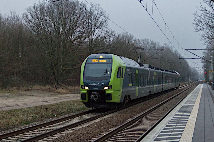 ET 5.04 der nordbahn bei der Einfahrt in den Haltepunkt Prisdorf.