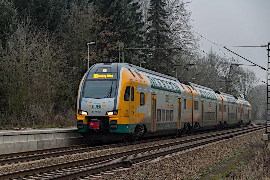 ET 445.107 der ODEG im Haltepunkt Prisdorf.