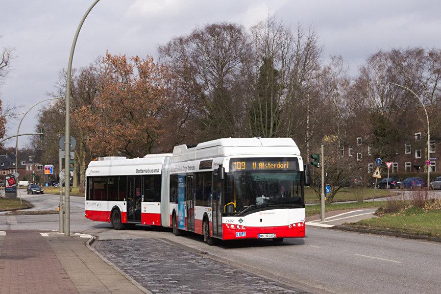 HHA 7492 während der Premierenfahrt an der Haltestelle Hindenburgstraße.