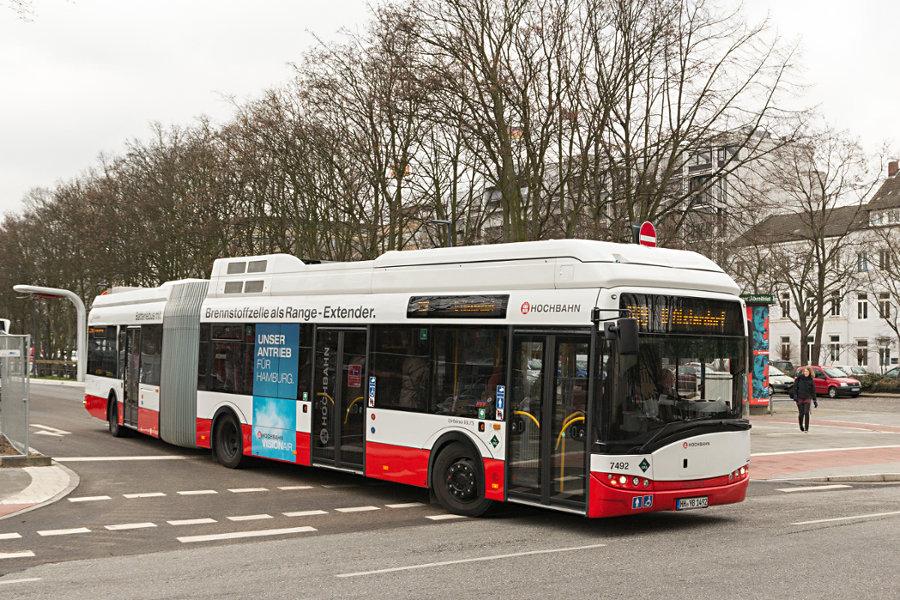 HHA 7492 während der Premierenfahrt bei der Ausfahrt aus der Anlage Adenauerallee.