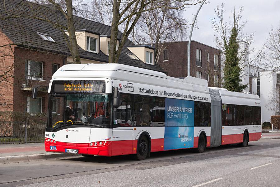 HHA 7492 während der Premierenfahrt auf dem Pausenbereich der Haltestelle U Alsterdorf.