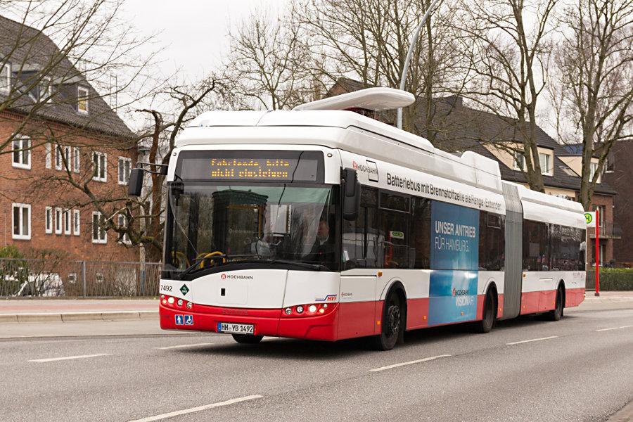 HHA 7492 während der Premierenfahrt an der Haltestelle U Alsterdorf.