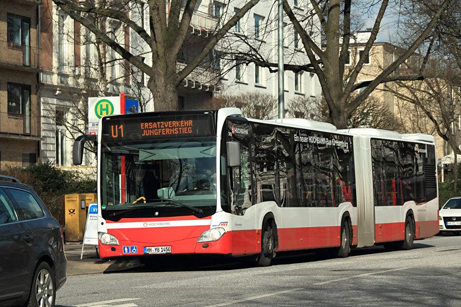 HHA 7450 an der Haltestelle U Hallerstraße während des U1 SEVs.