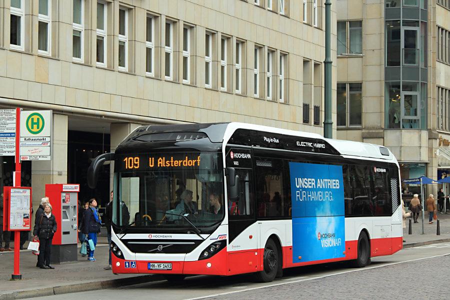 HHA 1493 auf der Linie 109 an der Haltestelle Rathausmarkt.