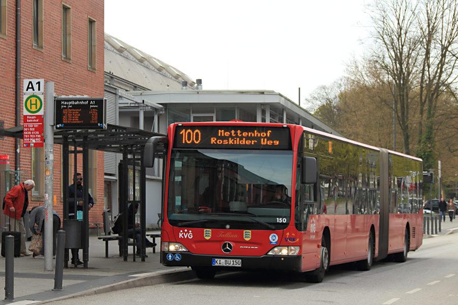 KVG Kiel 150 an der Haltestelle Kiel Hauptbahnhof.