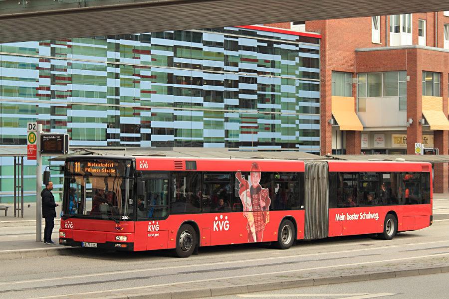 KVG Kiel 350 an der Haltestelle Kiel Hauptbahnhof.