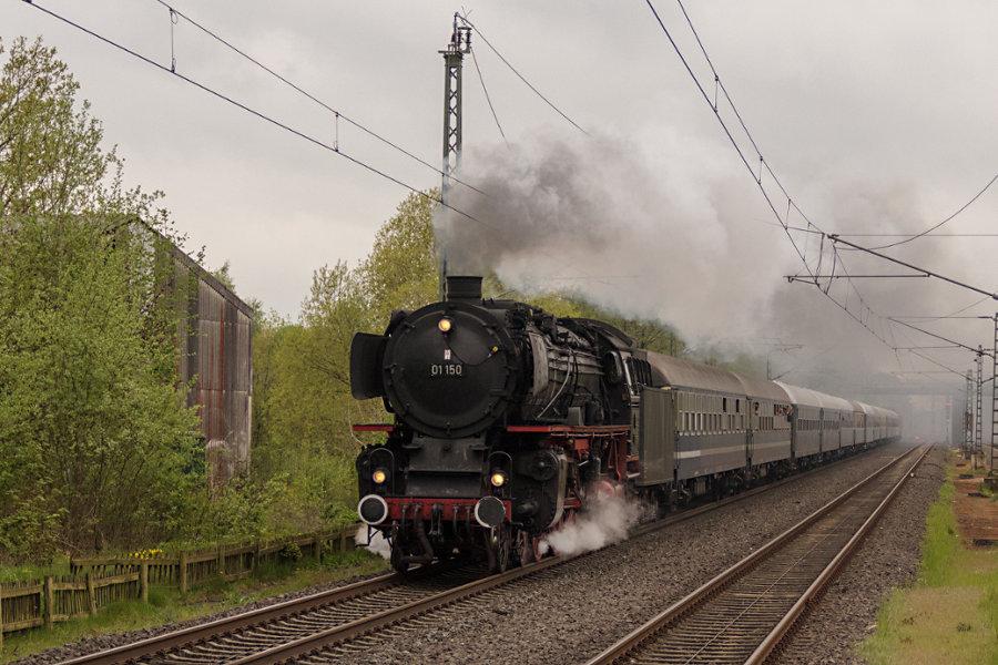 01 150 durchfährt den Bahnhof Lauenbrück mit ihrem Sonderzug zum 826. Hamburger Hafengeburtstag.